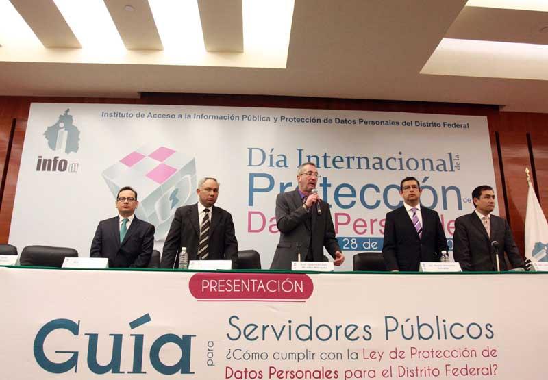 InfoDF presentó guía para que servidores públicos protejan datos personales