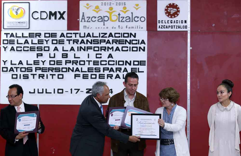 Entrega de constancias a servidores públicos de la Delegación Azcapotzalco